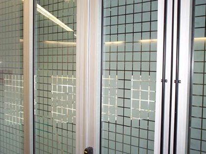 Mur de jacuzzi décoré par sablage du verre. Grand plan.