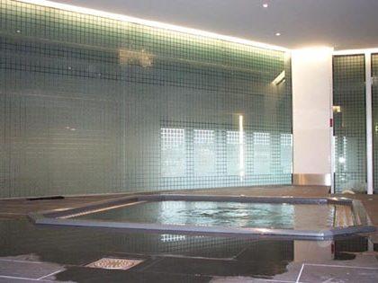 Mur de jacuzzi décoré par sablage du verre