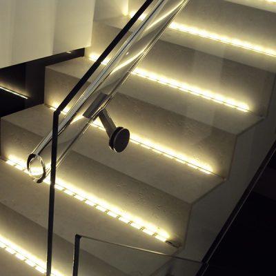Escalier partiellement vitré avec fixation par collage UV